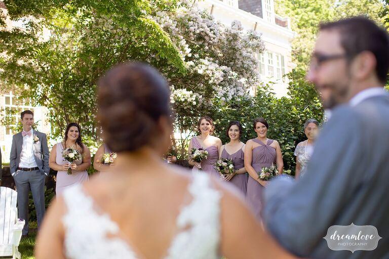 Photojournalistic wedding photographer captures wedding party.