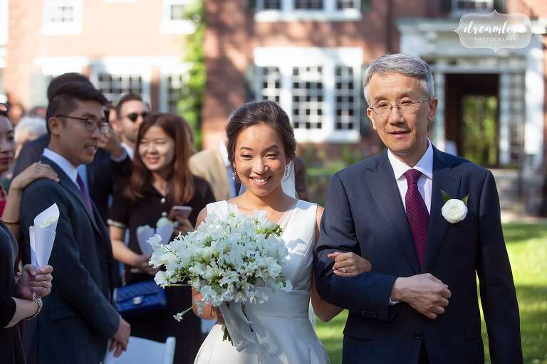 Bride walks down ceremony with dad at Bradley.